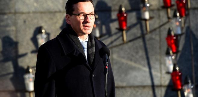 Wystąpienie premiera Mateusza Morawieckiego. Uroczystości związane z obchodami 47. rocznicy wydarzeń Grudnia`70 odbyły się przed bramą Stoczni Szczecińskiej.