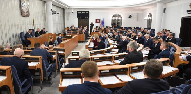 W ostatni piątek stała się rzecz, dzięki której Senat obecnej kadencji już zapisał się w historii: drugi raz z rzędu przyjął ustawę budżetową, nie nanosząc w niej żadnej poprawki.