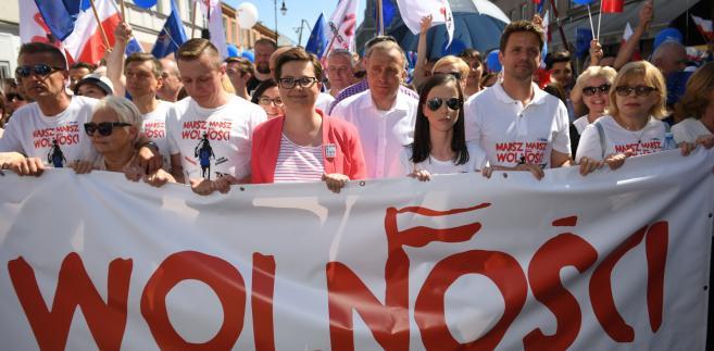"""Przewodniczący PO Grzegorz Schetyna oraz przewodnicząca Nowoczesnej Katarzyna Lubnauer na czele """"Marszu Wolności""""."""