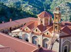 """<strong>  Góry Troodos i ich malowane kościoły</strong><br>Wypiętrzone z dna morskiego przed milionami lat, dziś wznoszą się na wysokość do 2000 m.n.p.m. Przepełnione są czarującymi małymi wioskami i zachwycającą, zieloną śródziemnomorską przyrodą. Każdy kto tu był, nie ma wątpliwości, dlaczego Troodos określane są jako """"zielone serce Cypru"""". <br><br>Ich zbocza skrywają 10 bizantyjskich kościołów ze wspaniałymi freskami, wszystkie obiekty wpisane są na listę światowego dziedzictwa UNESCO. Znajduje się tu również najsłynniejszy klasztor na Cyprze –Kykkos. Większość z kościołów leży na północnym zboczu gór, najłatwiej dostać się do nich z Nikozji, ale są też trzy kościoły łatwo dostępne z Limassol - Diminutive Ágios Mámas, znajdujący się we wsi Louvarás, słynący z tablic (z 1495 roku) ilustrujących życie Chrystusa; Kościół Stavrós, leżący na skraju wioski Peléndri – jego freski prezentują pełen cykl życia Maryi Dziewicy, w końcu kaplica Metamórfosi w pobliżu szczytu wioski Palekhóri, pełna wizerunków lwów i idiosynkratycznych postaci. <br>"""