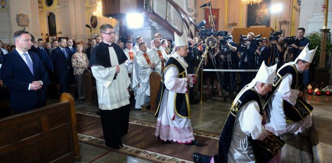 Prezydent Andrzej Duda podczas mszy świętej w Katedrze Świętych Apostołów Piotra i Pawła w Łucku.