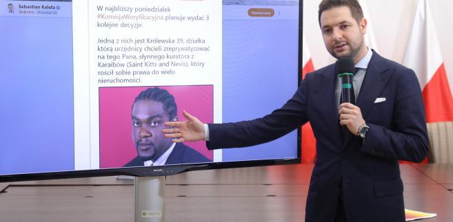 Przewodniczący Komisji Weryfikacyjnej Patryk Jaki podczas konferencji prasowej po posiedzeniu komisji w Ministerstwie Sprawiedliwości w Warszawie