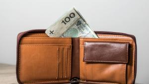 Minister informowała na początku listopada, że zaproponowane rozwiązania będą kosztowały 8 mld 443 mln zł. Mają one objąć 4 mln 842 emerytów i rencistów (spoza rolniczego systemu ubezpieczeń społecznych), 114 tys. osób, które pobierają zasiłki i świadczenia przedemerytalne, 280 tys. osób, które pobierają renty socjalne i 1 mln emerytów z KRUS.