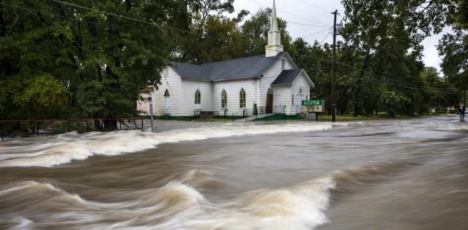 Bez prądu zostało prawie 800 tys. odbiorców w stanach Karolina Północna i Południowa.