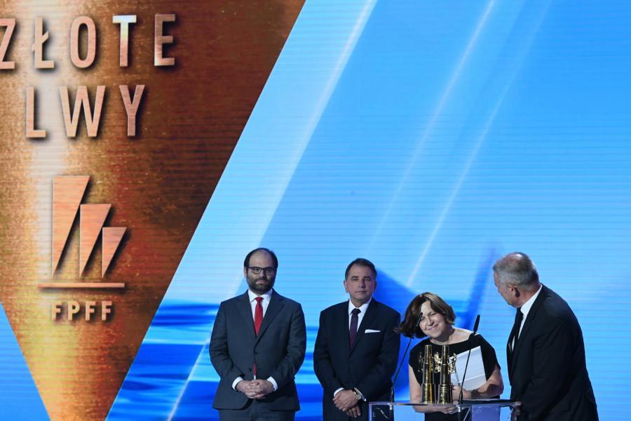 Producent filmu Zimna wojna Ewa Puszczyńska odbiera nagrodę Złote Lwy za najlepszy film festiwalu.