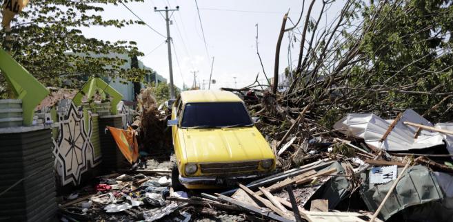 Skutki tsunami i trzęsienia ziemi w Indonezji.