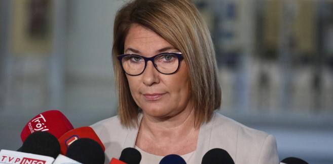 """Mazurek przekonywała na środowym briefingu prasowym w Sejmie, że Koalicja Obywatelska jest niewiarygodna w kwestii m.in. wieku emerytalnego czy programu 500+. Jak powiedziała, lider PO Grzegorz Schetyna, """"mówił o pozostawieniu wieku emerytalnego takim, jaki jest, a (szefowa Nowoczesnej) Katarzyna Lubnauer, że pod tym by się nie podpisała""""."""