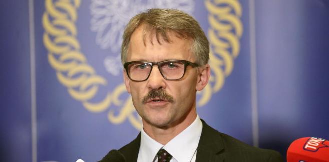 """Przewodniczący KRS sędzia Leszek Mazur powiedział w piątek PAP, że zdaniem Rady działania sędziego Zabłockiego polegające na wydaniu zarządzenia o zdjęciu z wokandy spraw sędziego Sycha stanowią """"wyraz naruszenia niezależności sędziego, ponieważ uniemożliwiają mu orzekanie""""."""