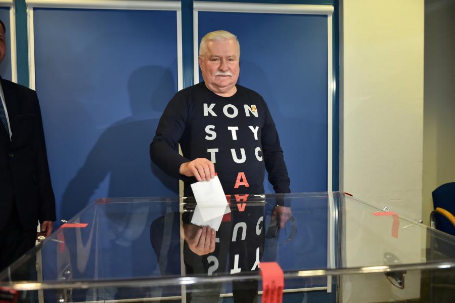 Były prezydent RP Lech Wałęsa podczas głosowania w II turze wyborów samorządowych w Gdańsku.