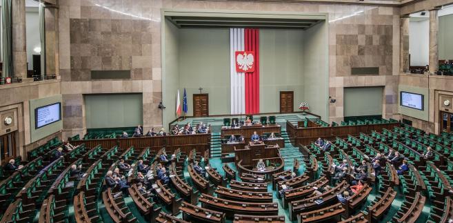 """Marszałek Sejmu Marek Kuchciński kilkakrotnie apelował do parlamentarzystów opozycji, by wypowiadali się """"zgodnie z powagą izby"""", a nie używali słów, które """"prowokują do różnych reakcji"""" są """"formą insynuacji i wprowadzają różne formy obrażania""""."""
