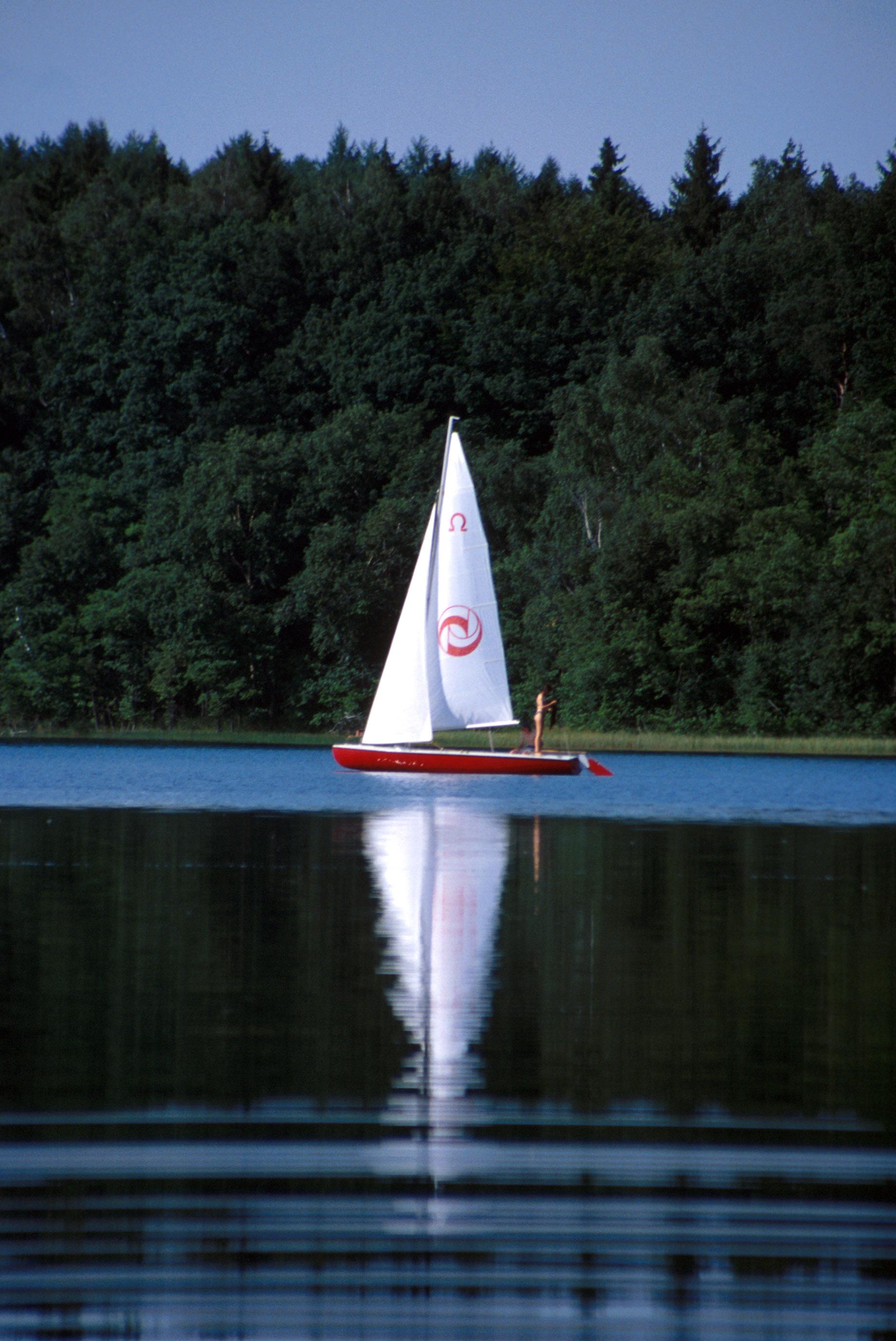 Mazury - żaglówka na jeziorze fot. jacek herok --- Newspix.pl