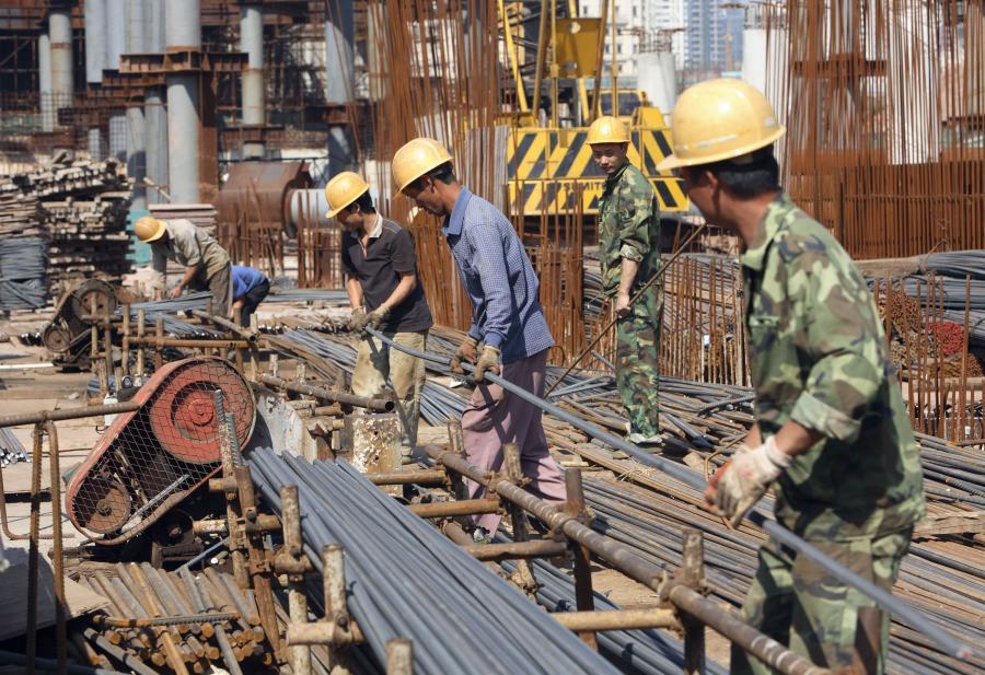 Chińscy robotnicy na budowie w Kantonie. Fot. Bloomberg