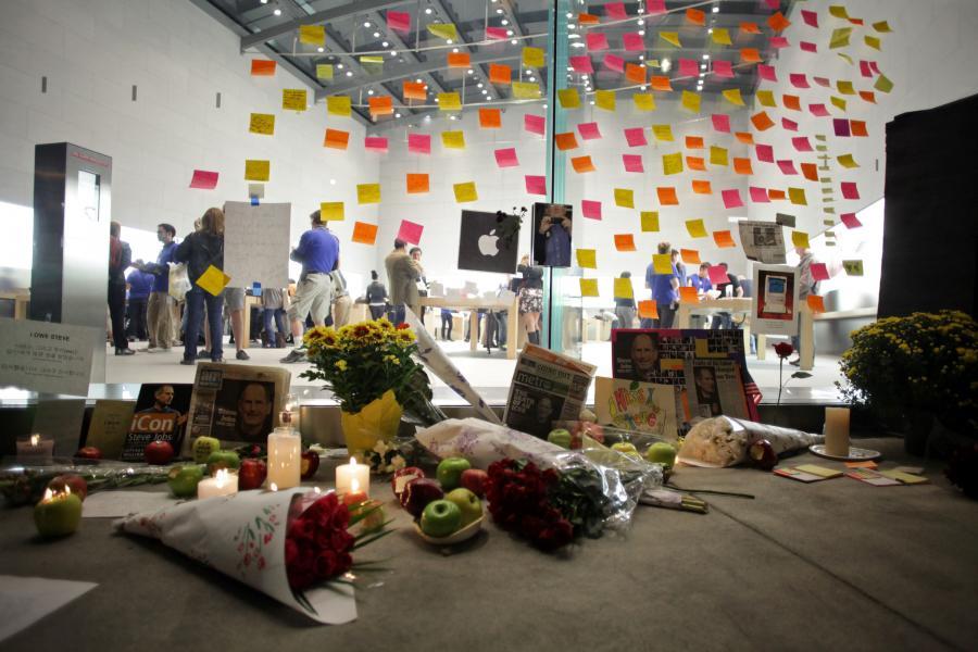 W dniu śmierci Jobsa przed sklepem Apple'a w Nowym Jorku ludzie zostawiali kwiaty, jabłka, przyklejali pożegnalne karteczki. Fot. Stephen Yang/Bloomberg