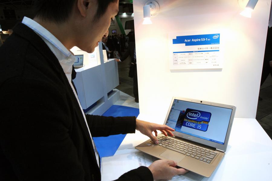 Mężczyzna ogląda komputer Acer'a. Fot. Tomohiro Ohsumi/Bloomberg