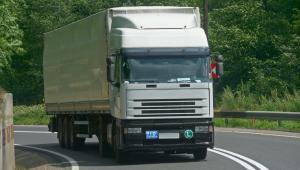 Jadący samochód cieżarowy