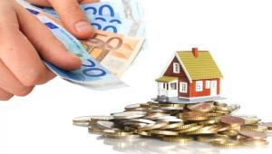 Pieniądze na nieruchomość. For. Shutterstock