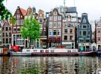 5-dniowa sylwestrowa wyprawa do Amsterdamu to koszt 850 złotych. W tej cenie zawarty jest transport autokarowy, dwa noclegi w Amsterdamie ze śniadaniami, opiekę pilota, zwiedzanie miasta oraz ubezpieczenie.