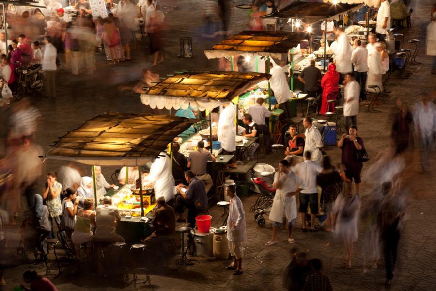 Członkowie VitualTourist zapewniają, że najlepsze uliczne jedzenie znajdziemy na głównym placu w Marakeszu – Djemaa el Fna. Specjalnością tamtejszej kuchni jest pieczona jagnięcina z kaszą kuskus.